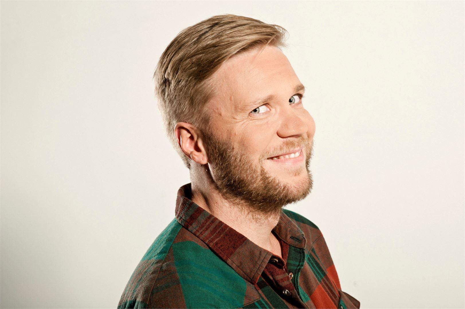 Kioskin vastaava tuottaja Antti Hirvonen uskoo, ettei juttujen keveys syö niiden luotettavuutta. Kuva: Laura Pohjavirta.