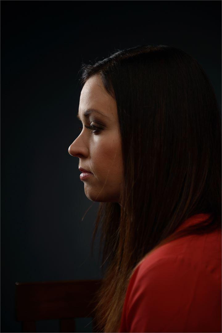 Heidi Holmavuo haluaa murtaa henkisen väkivallan ympärillä olevan hiljaisuuden. Kuva Mikko Ovaska