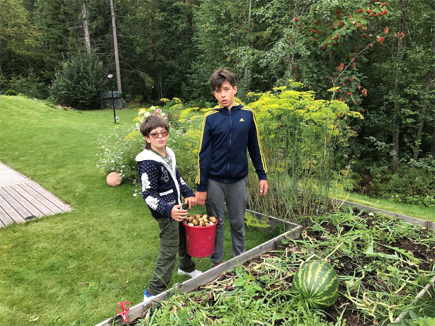 Anton veljensä kanssa Suomessa