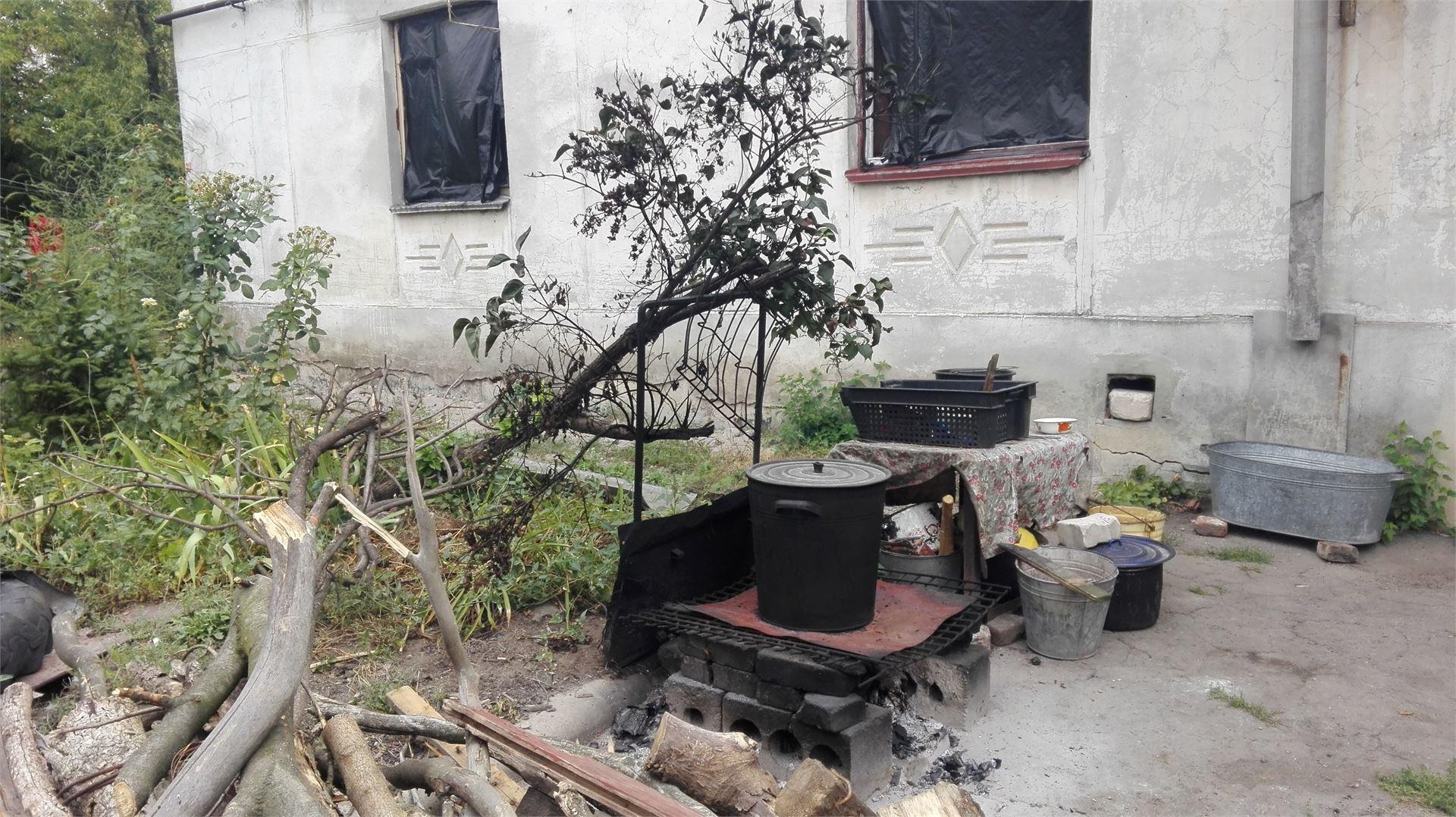 Кухня во дворе дома. Газа нет.