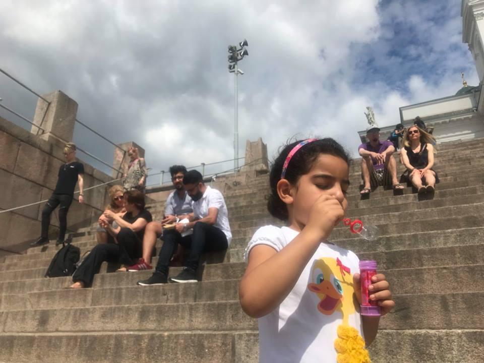 Мы разговаривали на ступеньках собора на Сенатской площади, а девочка беззаботно играла с мыльными пузырями
